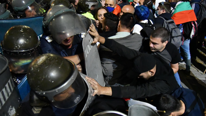 Напрежението ескалира, сблъсъци между протестиращи и полиция пред старата сграда на Народното събрание