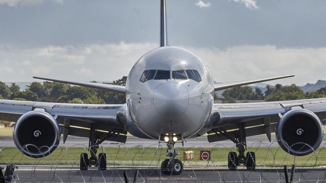 Самолетът на Майк Пенс се върна на летище, след като удари птица