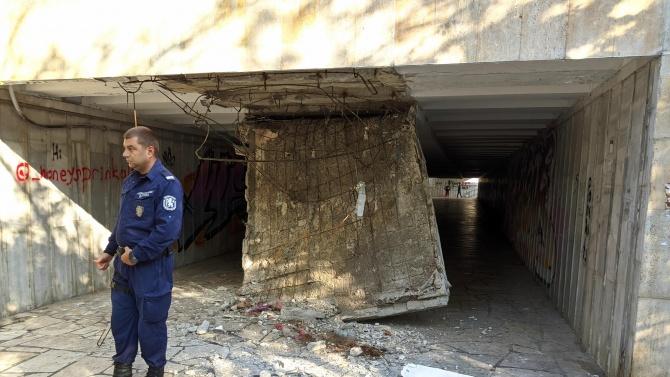 Таванът на подлеза до Делфинариума във Варна се срути