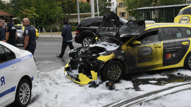 Такси пламна след удар с трамвай