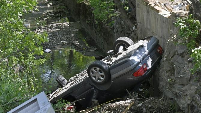 Управляван от 41-годишна жена автомобил падна от мост в шуменското