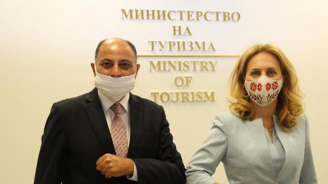 Вицепремиерът и министър на туризма разговаря с Н.Пр. Халид Ибрахим
