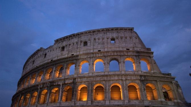 Задържаха турист в Италия, драскал по Колизеума