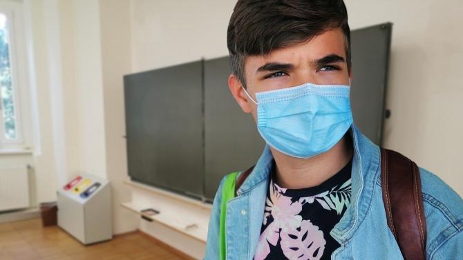 Сериозен ръст в броя на заразените с коронавирус ученици и