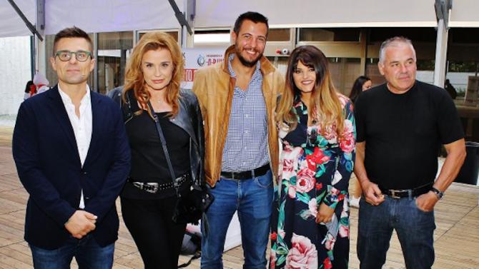 Петя Дикова просълзи майка си Аня Пенчева на предпремиерата на авторския си филм 'Приказки за бъдещето'