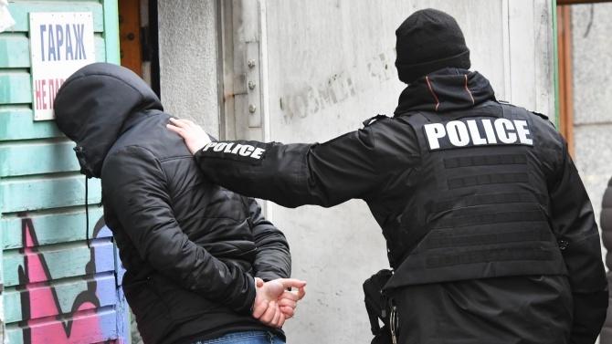 Полицейски служители са задържали 47-годишен мъж с 10 дози хероин