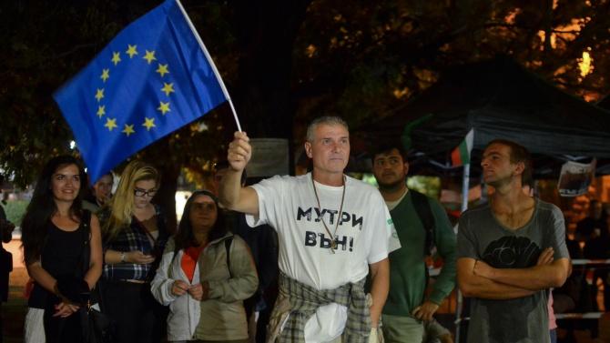 Обстрелваха с яйца централата на ДПС в 78-мия ден на протести в София