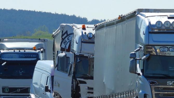 Верижна катастрофа между три камионазатапи изхода на Бургас