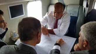Борисов полетя с хеликоптер, инспектира