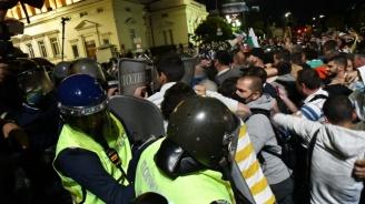 Протестиращи уцелили снощи полицай  с камък по главата