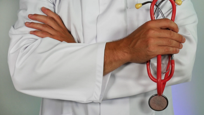 """Четирима лекари със специалност """"Анестезиология и интензивно лечение"""" имат готовност"""