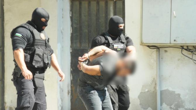 Полицай е сред задържаните в група за незаконна преработка и разпространение на тютюн
