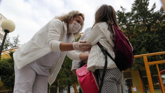 Учител в училище, медицински сестри и детегледачка в ясла са с COVID-19 във Варна