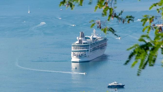 Круизен кораб отплава за гръцките острови след фалшива тревога за COVID-19