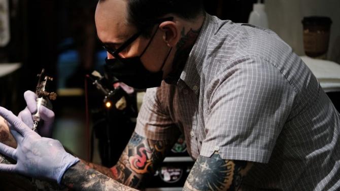 Португалската полиция нареди на служителите си да премахнат до 6 месеца расистките си татуировки