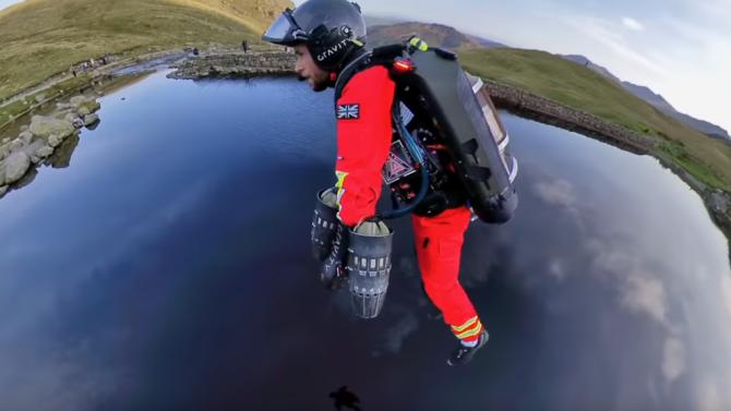 Парамедици се придвижват с летящи костюми в Англия