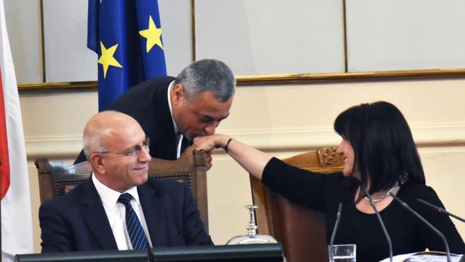 Симеонов с жест към Караянчева: Изключително отговорен политик и обаятелна жена. Оставката ѝ не се обсъжда