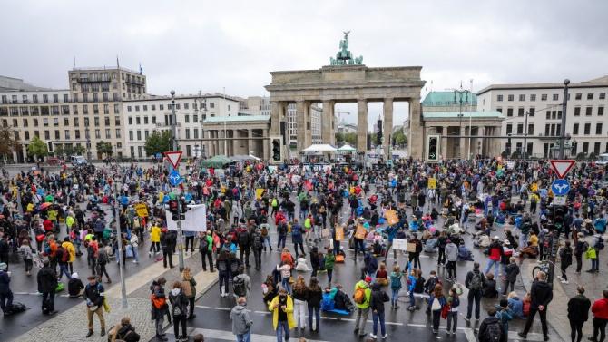 Германия ограничава броя на участниците в публични и частни събирания