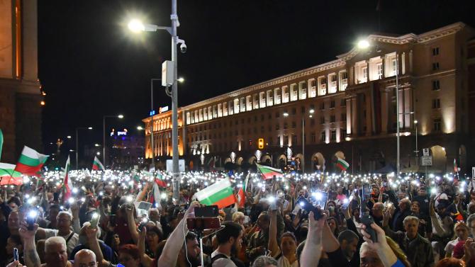 Над 120 интелектуалци поискаха оставките на Борисов, Гешев и Караянчева