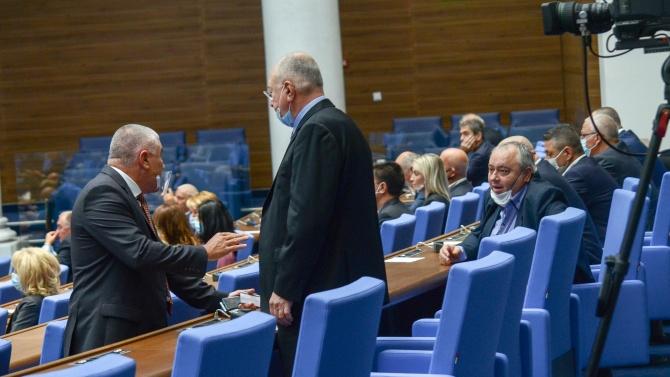 Депутатите изслушват в парламента трима министри