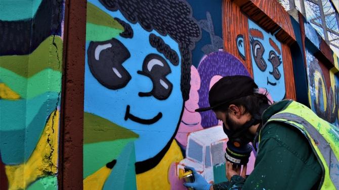 Изрисуваха с графити оградата на бежанския център в Харманли