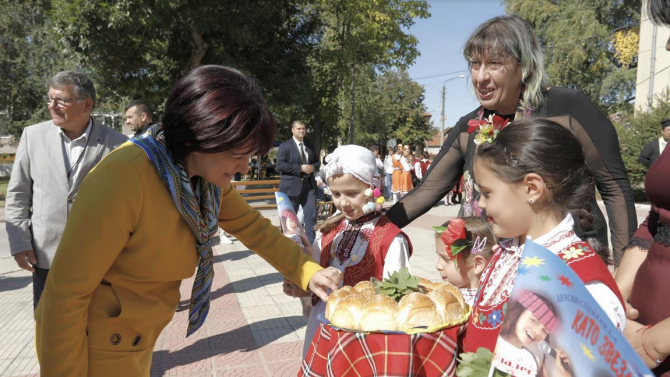Караянчева присъства на откриването на национален фестивал на деца в неравностойно положение в Брезово