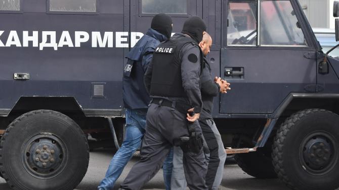 """Изведоха арестуван при полицейската акция в столичния квартал """"Враждебна"""". Кварталът"""