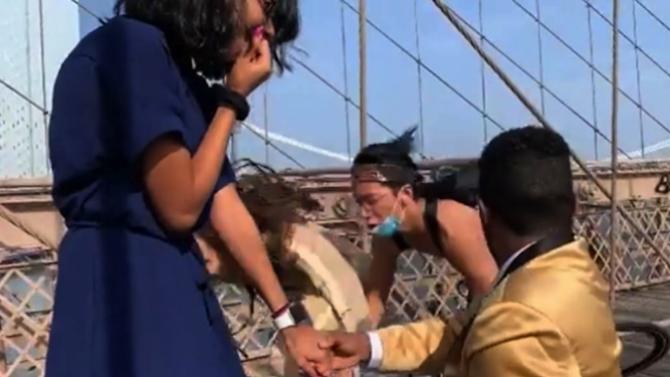 Велосипедист отнесе фотографка, докато тя се опитва да заснеме предложение за брак