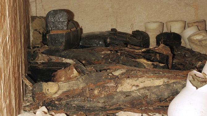 Перфектно запазена мумия на 2500 години в откритите саркофази в Египет