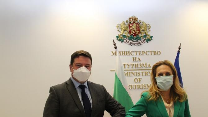 Марияна Николова обсъди отпадането на ограниченията за пътуващите към Обединеното кралство с британския посланик