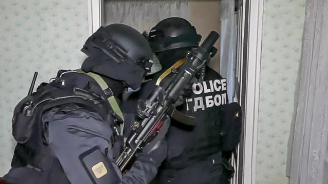 Разбитата престъпна група за рекет и имотни измами в София била в тесни връзки с полицаи и ЧСИ