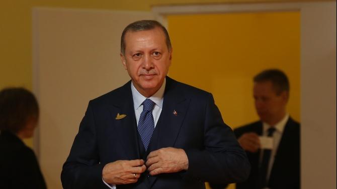 """Ердоган е дарил на """"Света София"""" две пана с надписи от Корана"""
