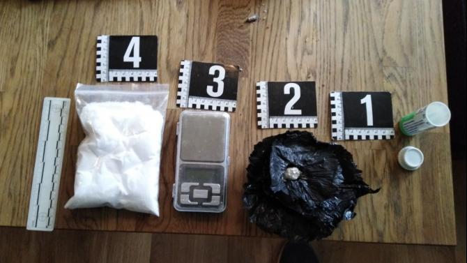 Млад дилър опита да скрие кокаин в шишенце на известно лекарство