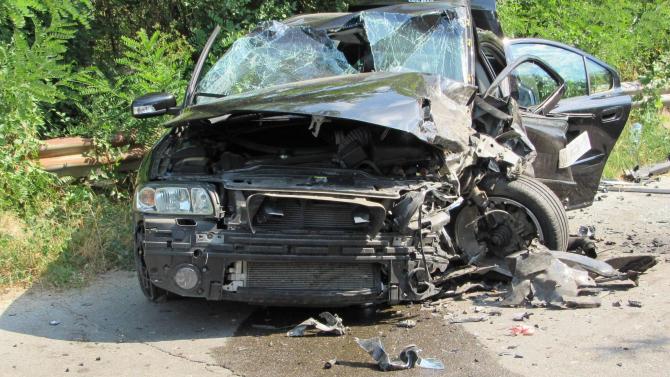 24-годишен шофьор заби колата си в дърво