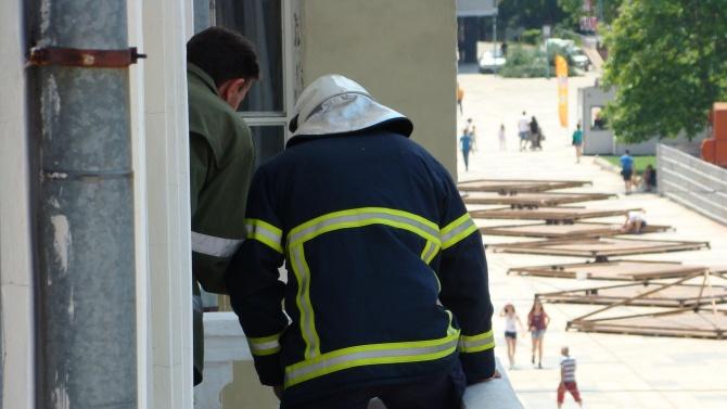 Спасиха живота на мъж, надвиснал от тераса в Нови пазар