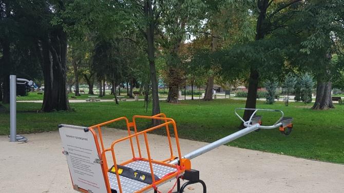 Община Плевен възстанови счупената от вандали люлка за деца с увреждания