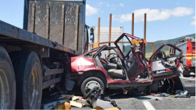 Поредна смъртоносна катастрофа между ТИР и лека кола