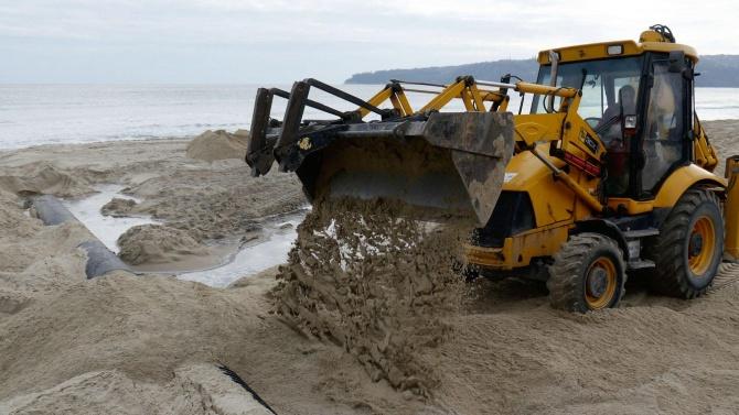 След намеса на ВАП - спират спорен строеж на плажа в Обзор