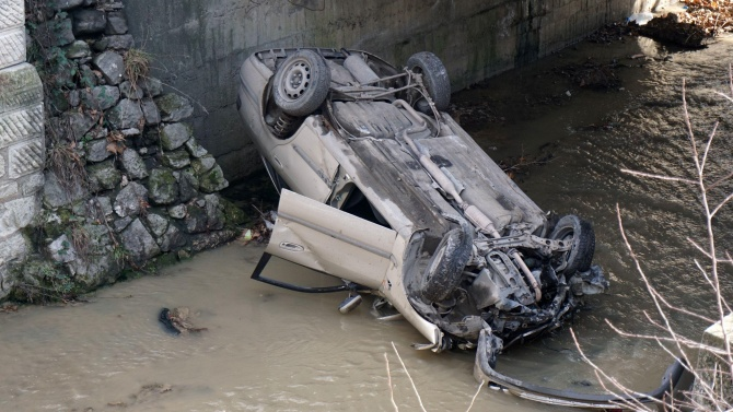 Шофьорка преобърна колата си в коритото на река Видима