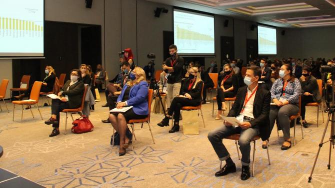"""Марияна Николова приветства участниците в конференцията """"Новото нормално"""""""