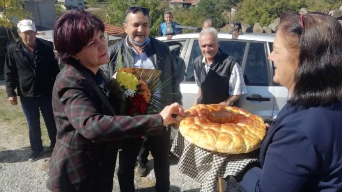 Караянчева в родопско село: Тези прекрасни хора ми дават силата и енергията да продължавам напред