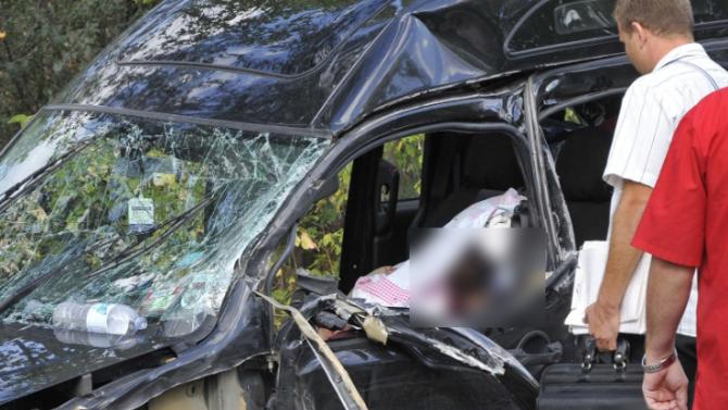 """Извадиха тялото на млада жена от премазана кола на АМ """"Тракия"""""""