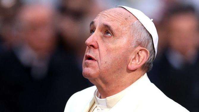 Папа Франциск стоя на разстояние от вярващите по време на аудиенцията си