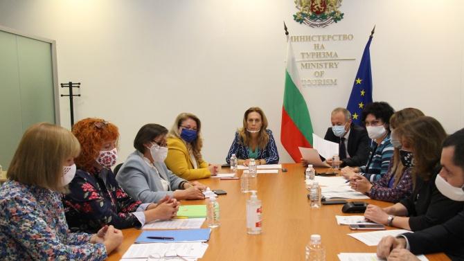 Марияна Николова и министър Красимир Вълчев обсъдиха с бранша въпроси за ученическите пътувания