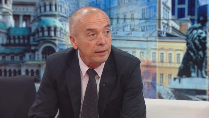 Доц. д-р Атанас Мангъров пред novini.bg: Маската те пази от вируса, колкото червеният конец против уроки