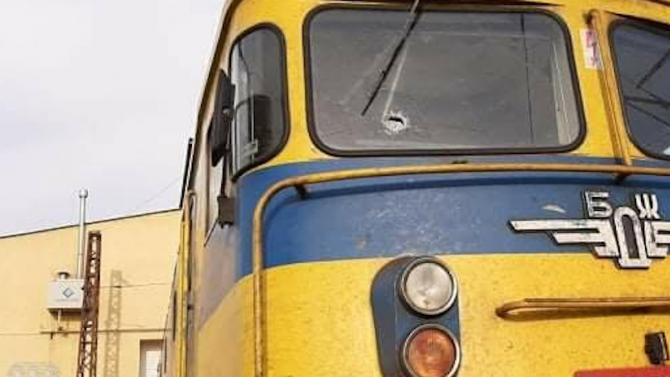 Машинист е ранен след пореден случай на хвърлени камъни по влак в движение
