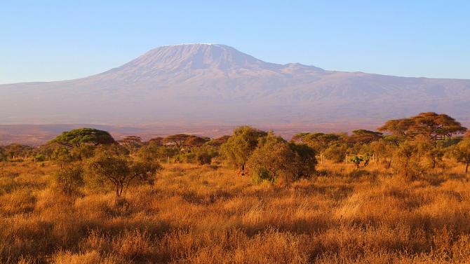 Заради горски пожар евакуират туристи от Килиманджаро