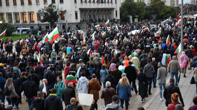 """Протестиращи спряха движението по бул. """"Цар Освободител"""", опитаха да нахлуят в БНТ"""