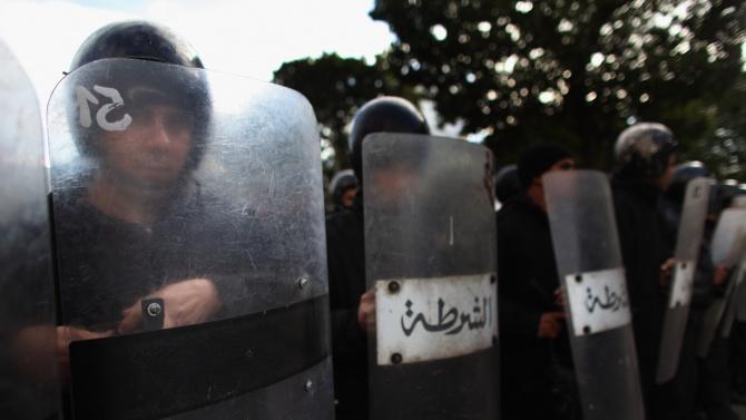 Туниският премиер Хишем Машиши днес разпореди налагането на полицейски час