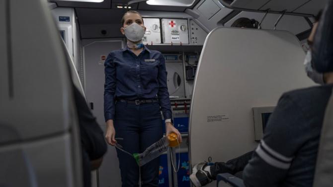 Изгониха жена от самолет, защото е без маска, тя им отмъсти грозно